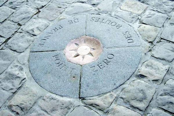 Marco-zero da França, localizado em frente à catedral